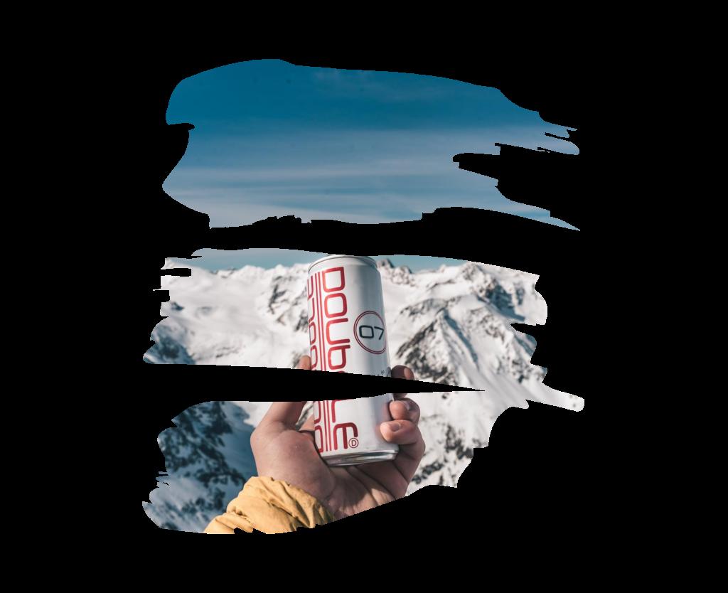 Blikje Doubdle vasthouden bij besneeuwde berg